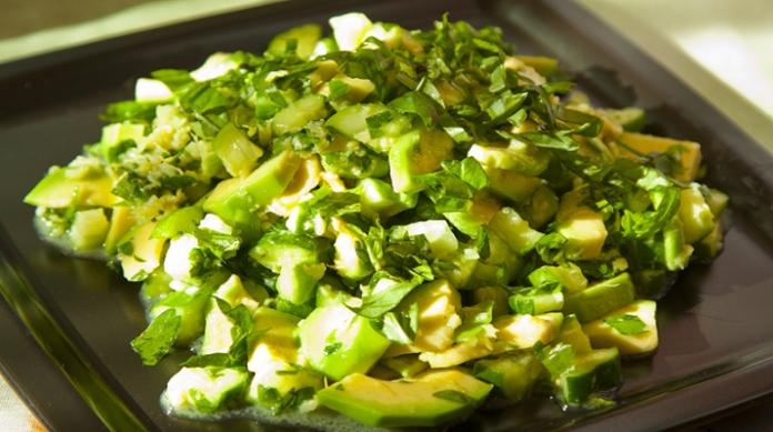 Вкусный салат с авокадо и зеленым сельдереем
