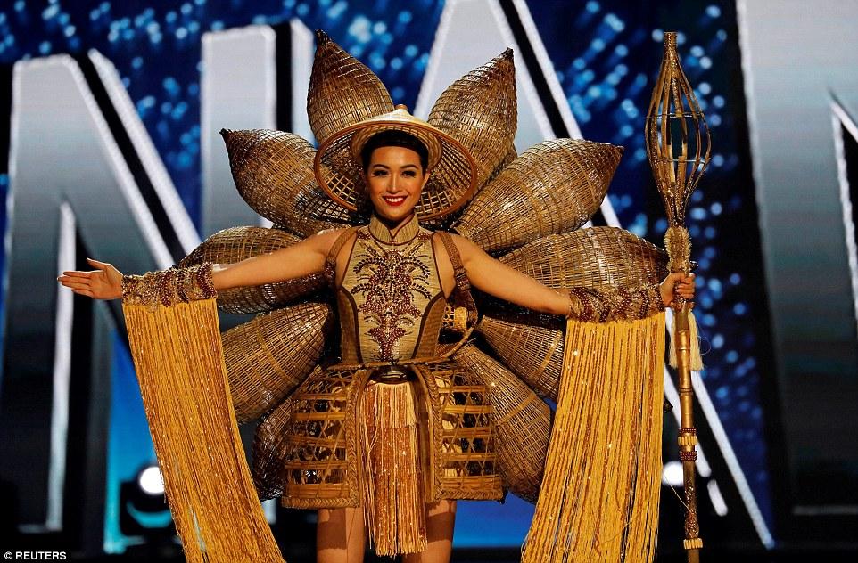 Участницы конкурса «Мисс Вселенная — 2017» показали свои версии национальных костюмов