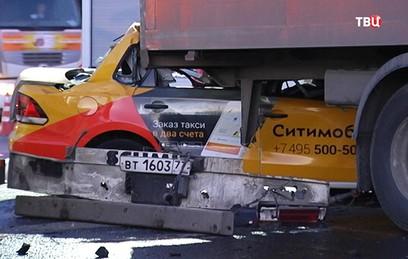 На МКАД такси врезалось в фуру, трое погибших