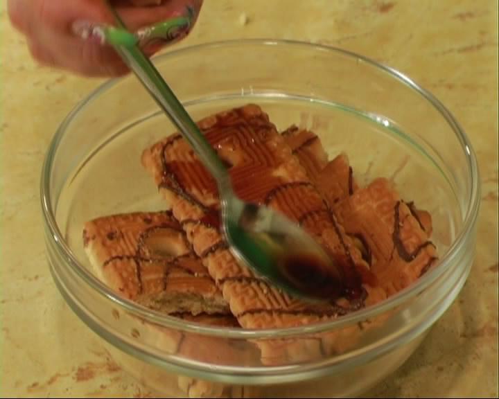 В отдельную чашку складываем печенье и заливаем его кофейной жидкостью.