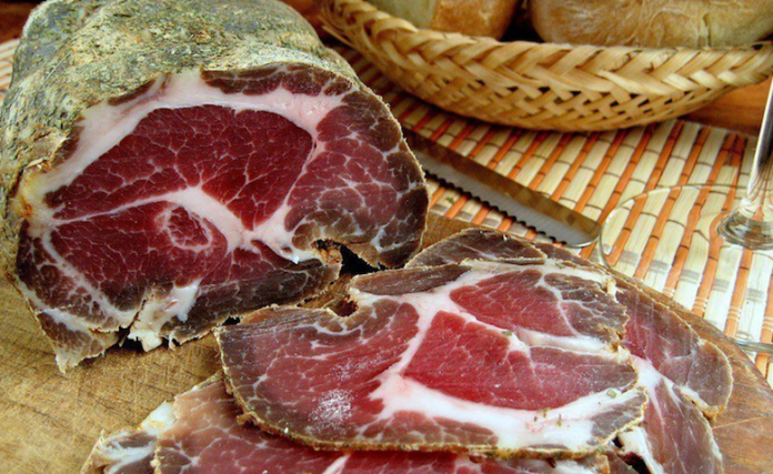 Домашнее вяленое мясо — отличная замена вредных колбас