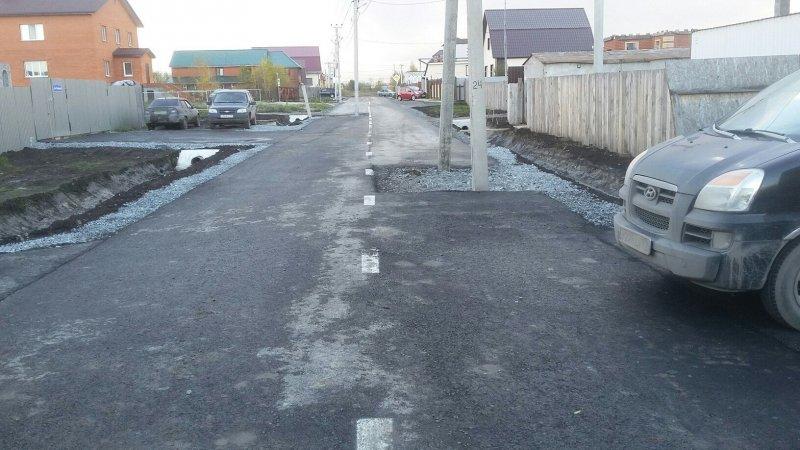 В Тюмени заасфальтировали дорогу, по середине которой стоят столбы