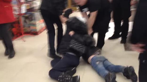 В калуге охранники жестоко протащили школьников по полу торгового центра