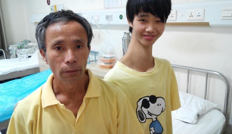 Китайский подросток с необычно длинной шеей