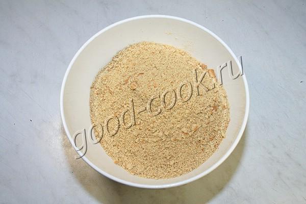 Измельчаем кориандр, соль, острый перец и чеснок в ступе