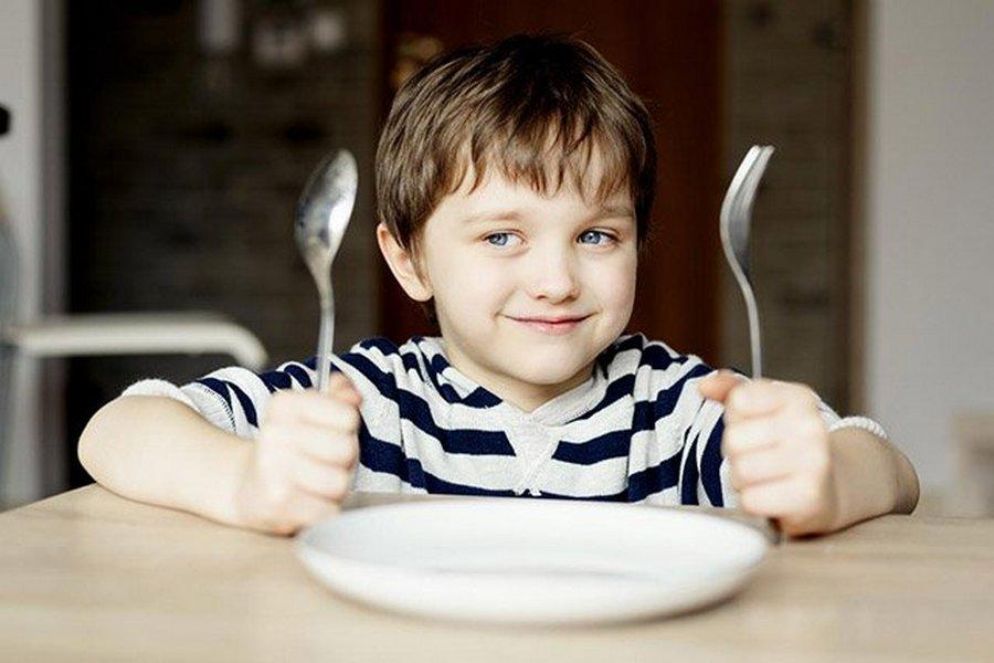Папа нашел отличный способ заставить сына кушать