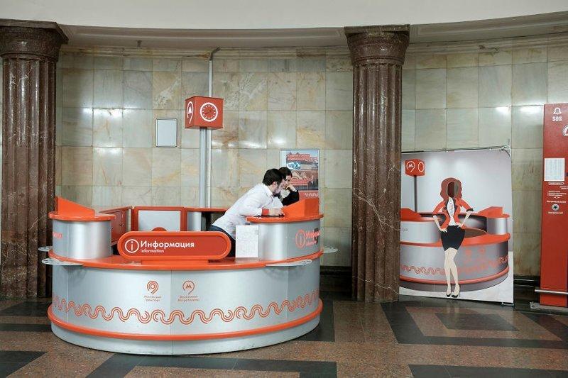 """""""На некоторых станциях есть стойки информации, где говорят на английском языке, что удобно для туристов"""" иностранец в России, метро, метрополитен, москва, путешествия, россия, фото, фотограф"""
