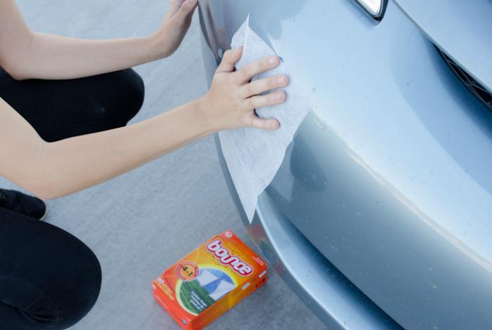 Используйте листы для сушилки, чтобы отполировать свой автомобиль.