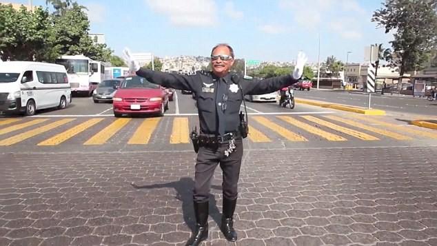 Коп в Мексике регулирует переход движениями Майкла Джексона (ВИДЕО)