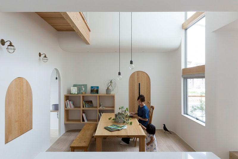 Арки в интерьере дома сочетаются с деревянной мебелью и полками
