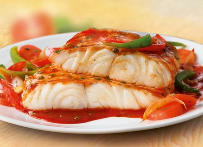 Низкокалорийно и очень вкусно: Белая рыба с соусом и овощами