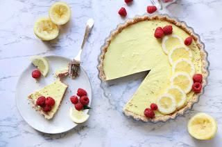 Летный сырой торт с лимоном и малиной