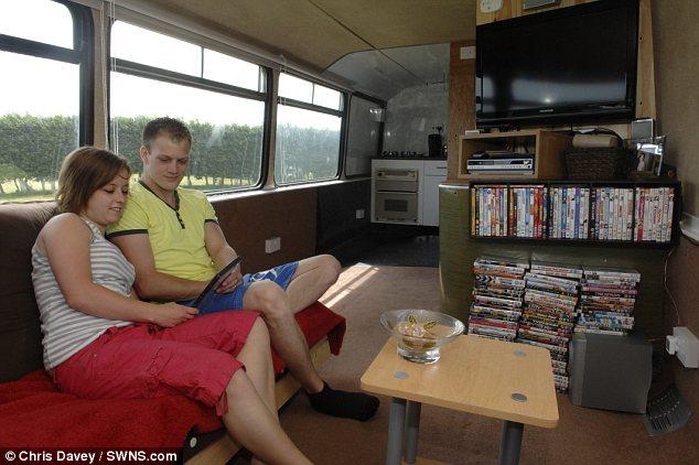 Эта пара не платит ипотеку, а живет в двухэтажном автобусе