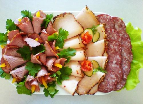 Красивое оформление мясных нарезок: идеи и примеры