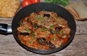 Печень в томатном соусе с черносливом — пошаговый фоторецепт
