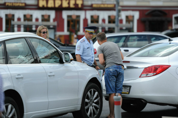 Сотрудникам ГИБДД хотят запретить курить и хамить водителям