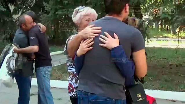 В Луганске родственникам передали пленных украинских солдат