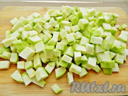 Часть кабачков нарезать мелкими кубиками. Такие кабачки удобно будет использовать при приготовлении первых блюд или рагу.