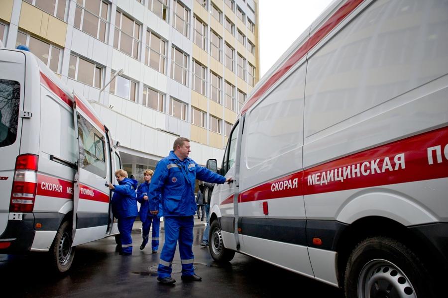 Подросток упал с крыши торгового центра в Москве