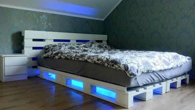 Зачем покупать кровать, если можно ее смастерить из поддонов?