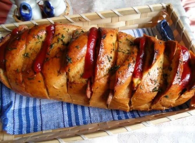 Ароматный батон с колбасой и сыром