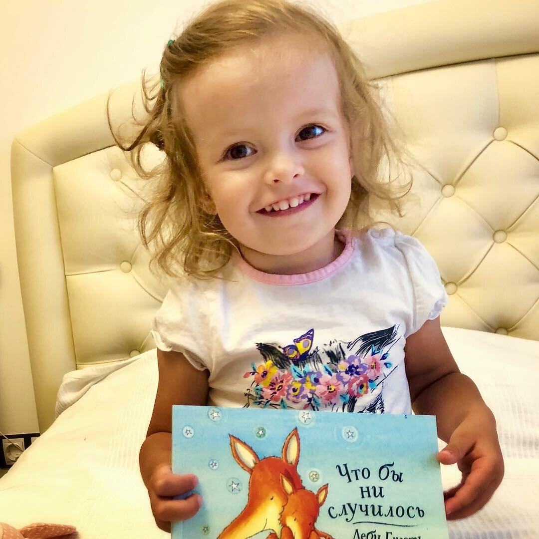 """Дочка и книга """"Что бы ни случилось"""", автор Деби Глиори. Фотография автора"""