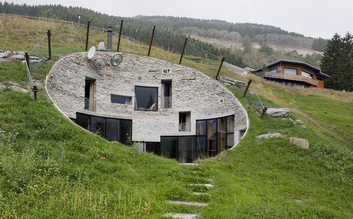 Возвращение к «пещерным» истокам: вилла, вырытая в альпийском холме
