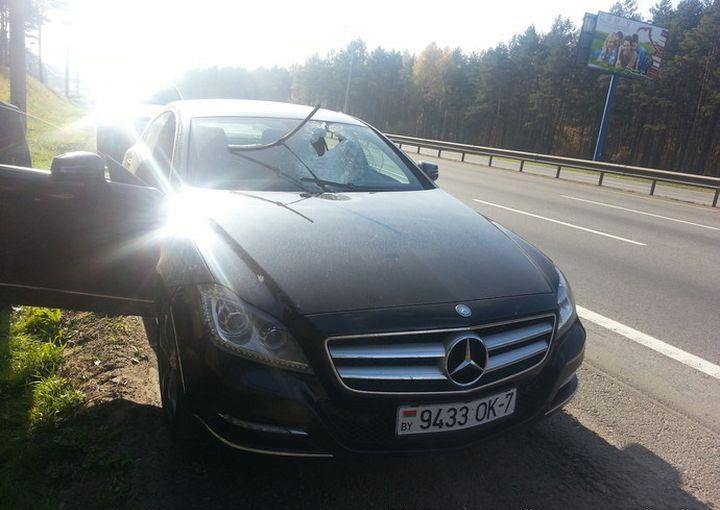 Полуметровый кусок трубы влетел в лобовое стекло Mercedes