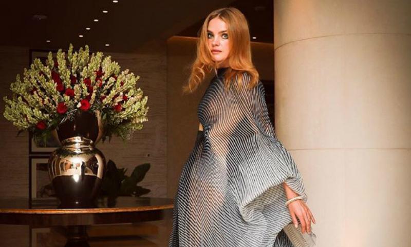 В открывающем грудь платье предстала Наталья Водянова перед поклонниками в Индии