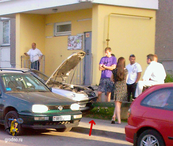 ДТП иномарки и лавочки возле дома по адресу Фолюш 15/216а