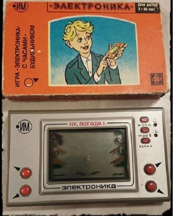 «Ну, погоди!» - эта самая первая и популярная советская портативная электронная игра, которая производилась под торговой маркой «Электроника».