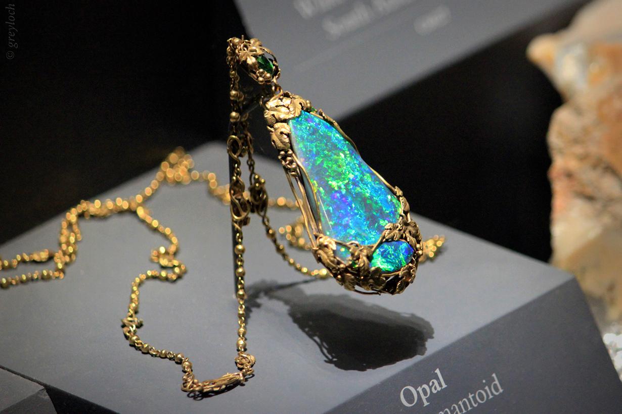3 место. Опал — минералоид, которому свойственна опалесценция. 97 % всей мировой добычи приходится на Австралию. Благородные опалы также добываются в Бразилии, Гондурасе, Гватемале, Мексике, США и Японии. (greyloch)