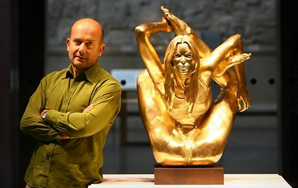 золотая скульптура кейт мосс