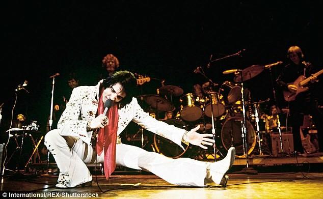 Элвис во время выступления в 1976 году, за год до смерти. На нем знаменитый костюм со стразами архив, знаменитости, интересно, история, редкие снимки, фото, фотоальбом, элвис пресли