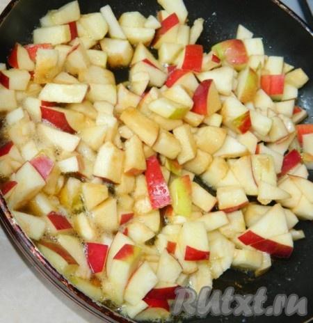 Растопить сливочное масло, добавить сахар, нарезанные яблоки, соевый соус  и потушить минут 10.