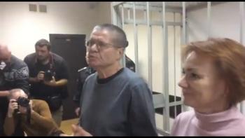Заключенные набиваются в сокамерники к Улюкаеву, но он хочет быть один