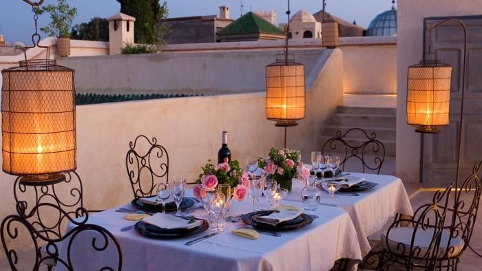 Изящные кованные стулья помогут создать романтическую обстановку.