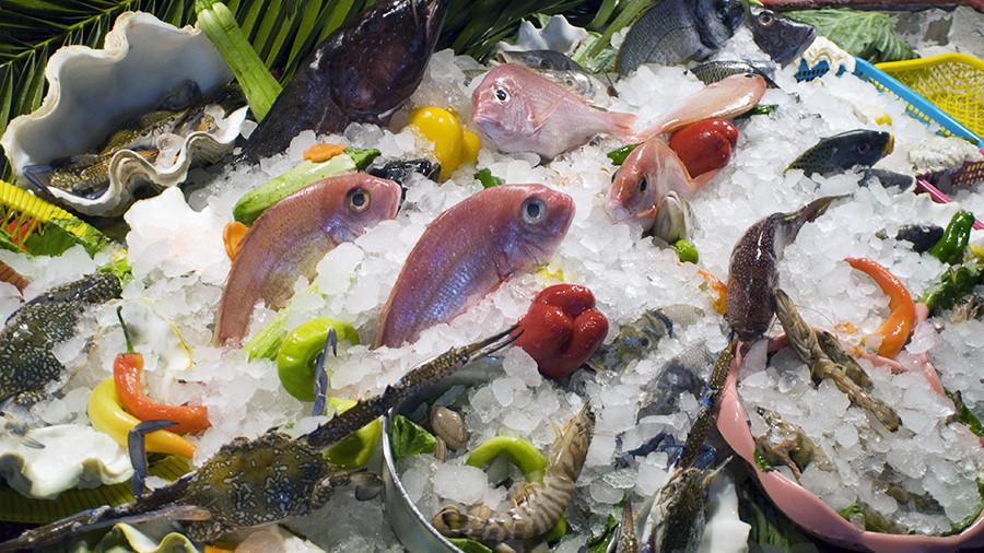 Вот почему британские монархи не едят морепродуктов