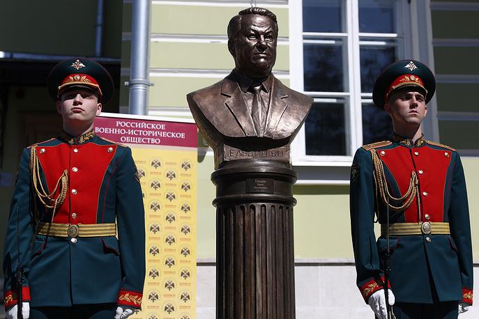 """На """"Аллее правителей"""" в Москве установили бюст Ельцина"""