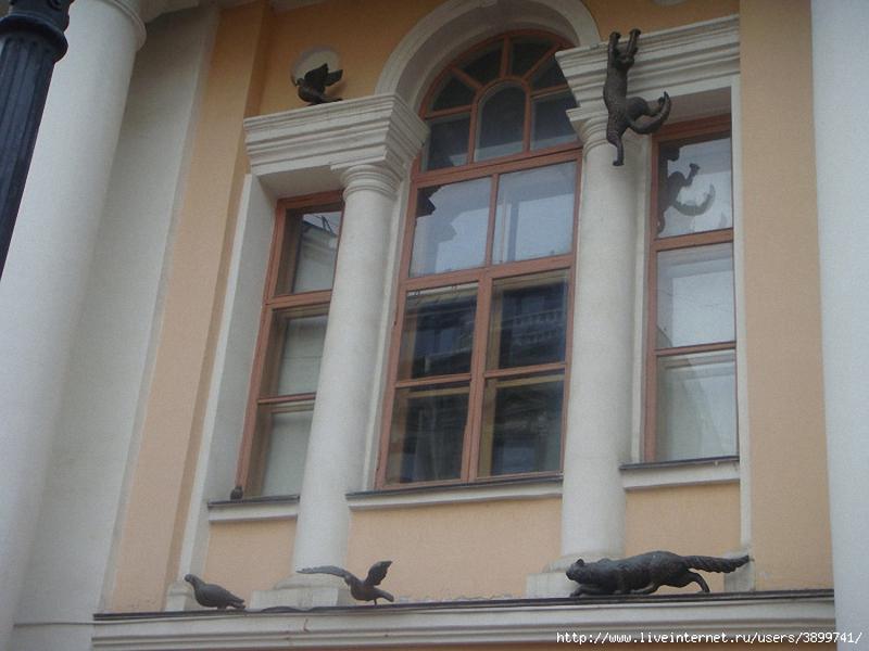 0173 Скульптуры и памятники кошкам