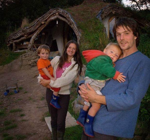 Он собрал всякий строительный мусор, а спустя 4 месяца перевез семью в сказочный домик