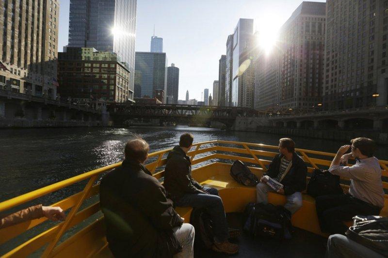 Удивительно, но между Бангкоком и Чикаго есть кое-что общее. Например, во втором, как и в первом, тоже используют моторные лодки в качестве общественного транспорта в мире, дорога, езда, люди, пробка