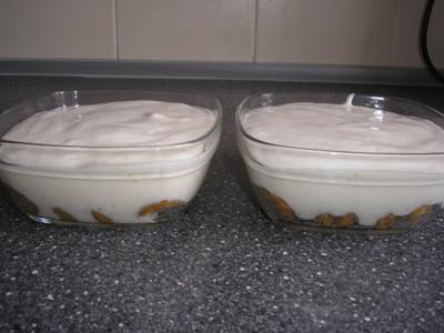Выложите готовую смесь на печенье. Поставьте в холодильник на 2-3 часа.