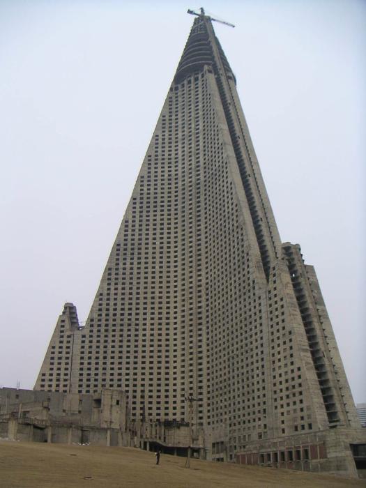 Заброшенная гостиница в Пхеньяне.