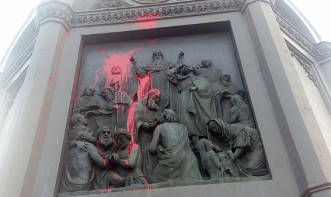 Фашистская скверна на памятнике святому Владимиру в Киеве