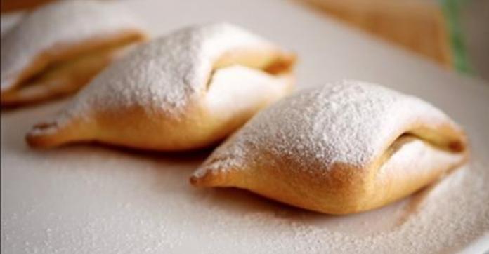 Очень оригинальная форма печенья, посыпанного сверху сахарной пудрой, напоминает снежные сугробы зимой