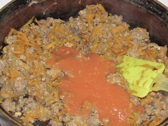 Добавить помидор. пошаговое фото этапа приготовления запеканки из макарон
