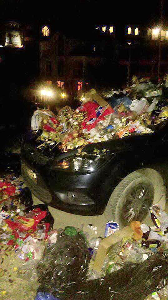 В Крыму машину туриста завалили мусором за неправильную парковку