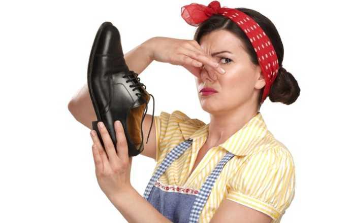Каковы естественные способы удаления запаха обуви?