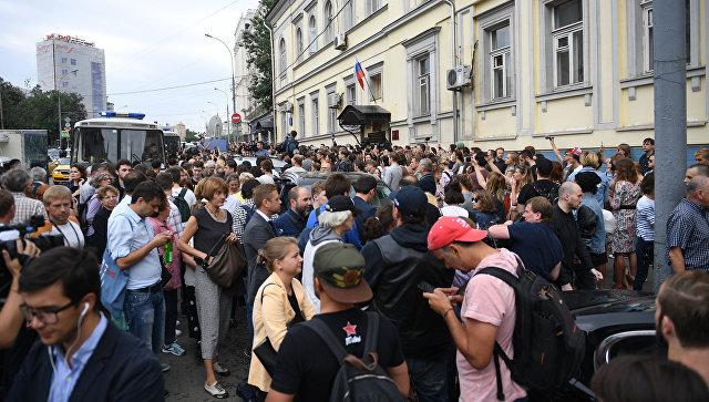 Люди, пришедшие поддержать режиссера Кирилла Серебренникова к зданию Басманного суда. 23 августа 2017